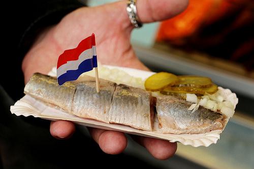 オランダの名物、ハーリングの食べ方 ニシンとオランダの関係とは ...